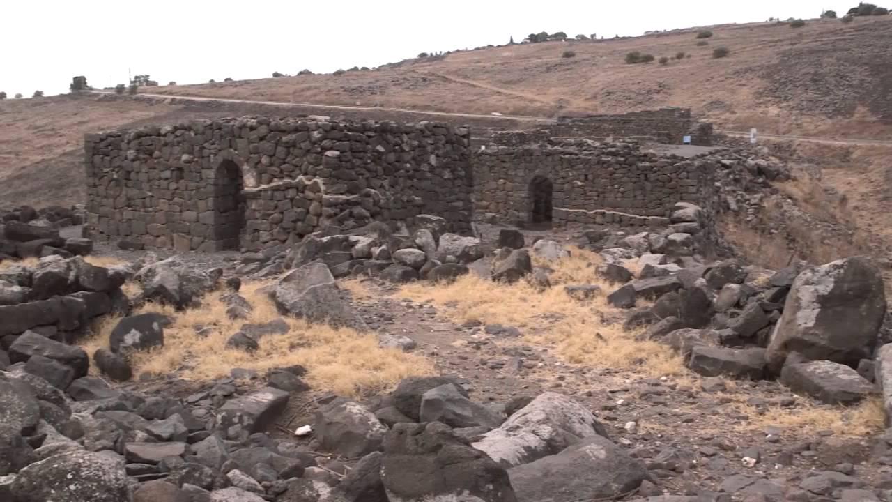上图:主后3世纪哥拉汛的房子遗址,墙壁用加利利地区常见的黑色玄武岩垒成。