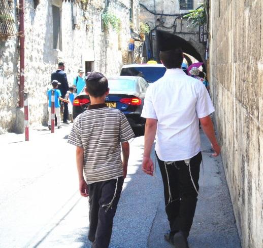 上图:现代犹太人在衣服下摆缝上蓝细带子。