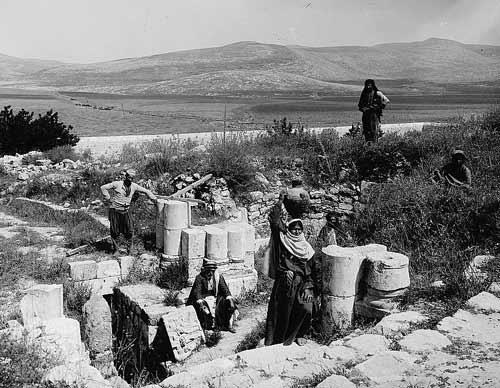 上图:1900-1920年拍摄的雅各井外部照片。