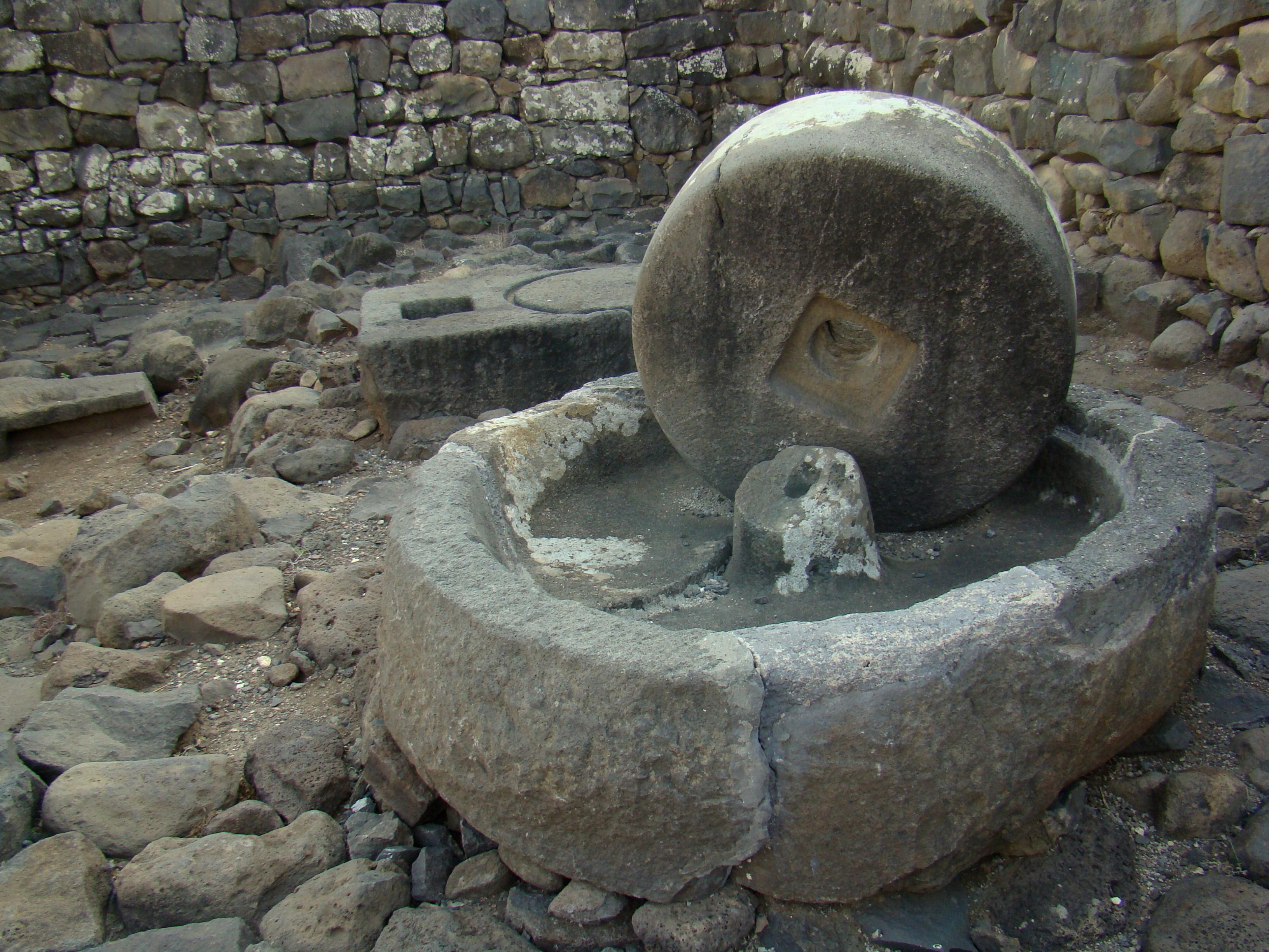 上图:哥拉汛遗址主耶稣时代的磨石,用来橄榄磨成渣,然后榨出油。