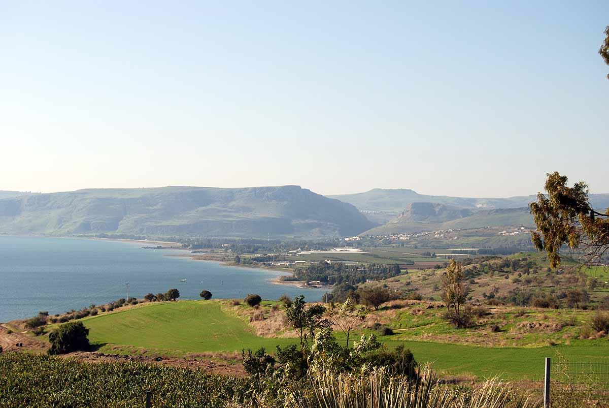 上图:从八福山远眺加利利海和右前方的Arbel山。传统认为Arbel山就是主耶稣赐下大使命的那座山(太二十八16)。