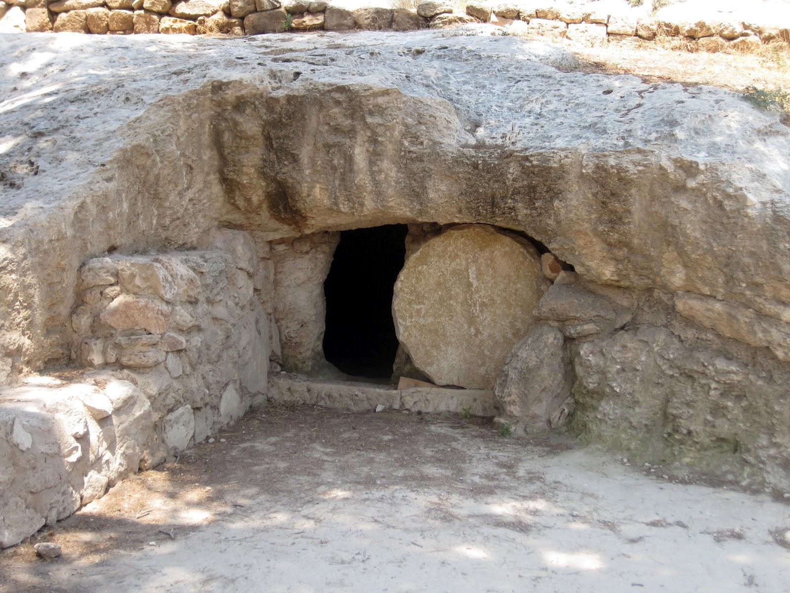 上图:拿撒勒村凿在盘石里的坟墓。