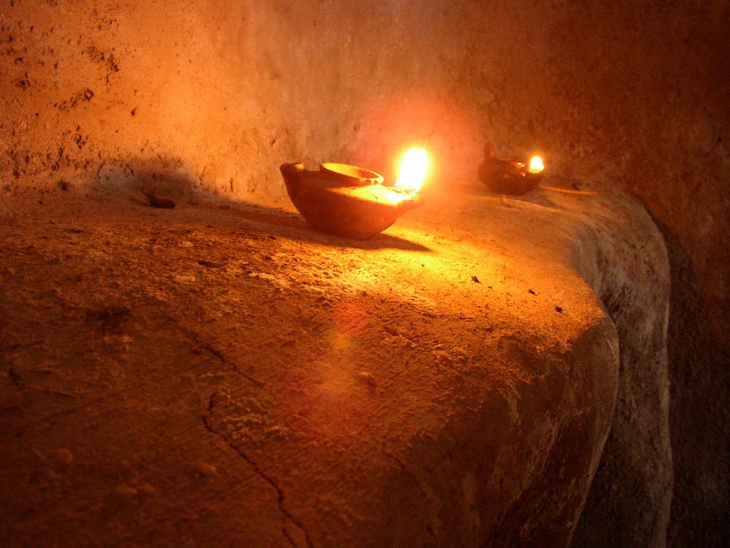 上图:以色列拿撒勒村复制的陶制油灯,当地出土了许多这样的油灯碎片。