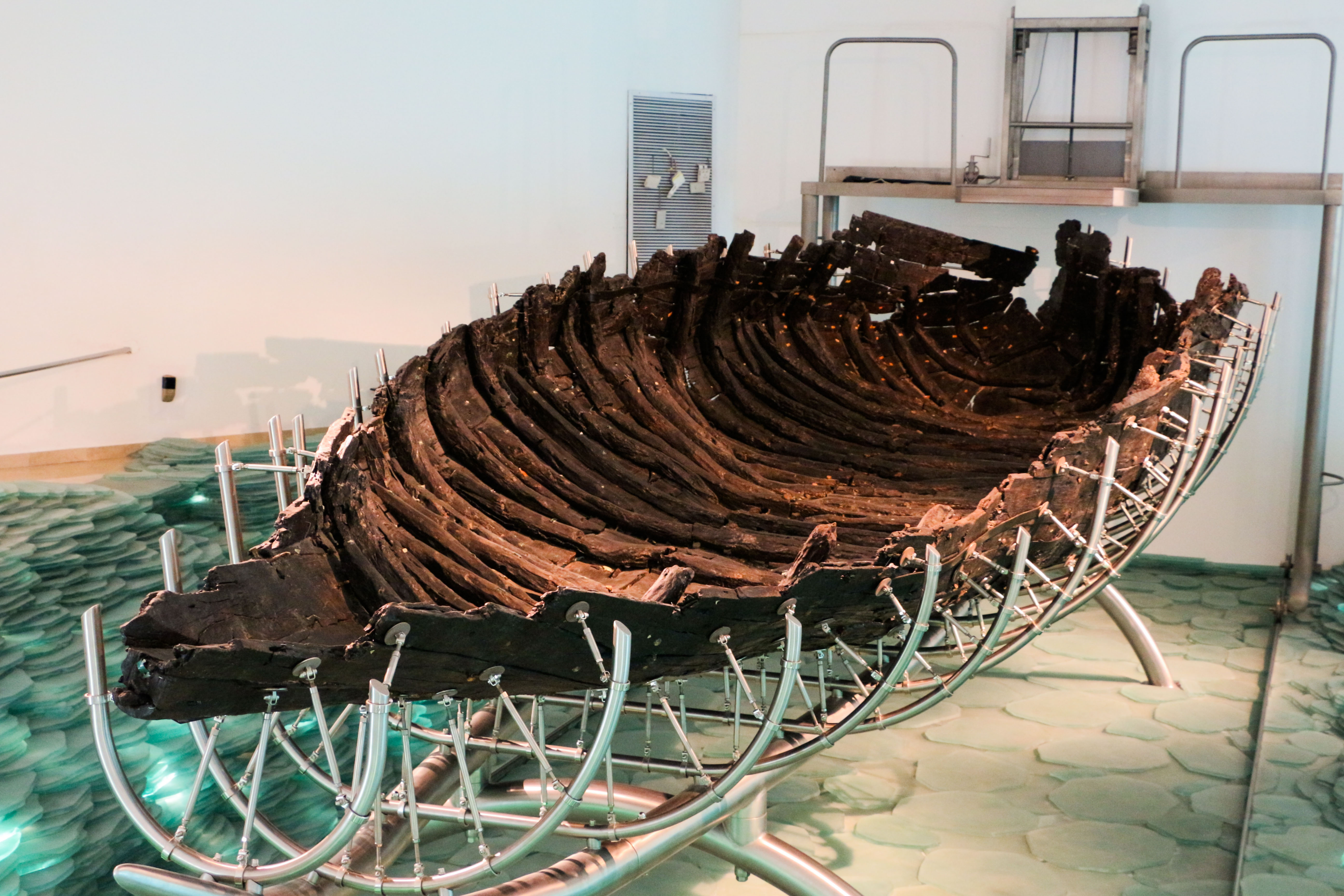 上图:1986年在加利利海西北部发掘的主后一世纪的渔船,长8.3米,宽2.3米 ,高约1.3米。现存于Ginosar基布兹的Yigal Alon博物馆。