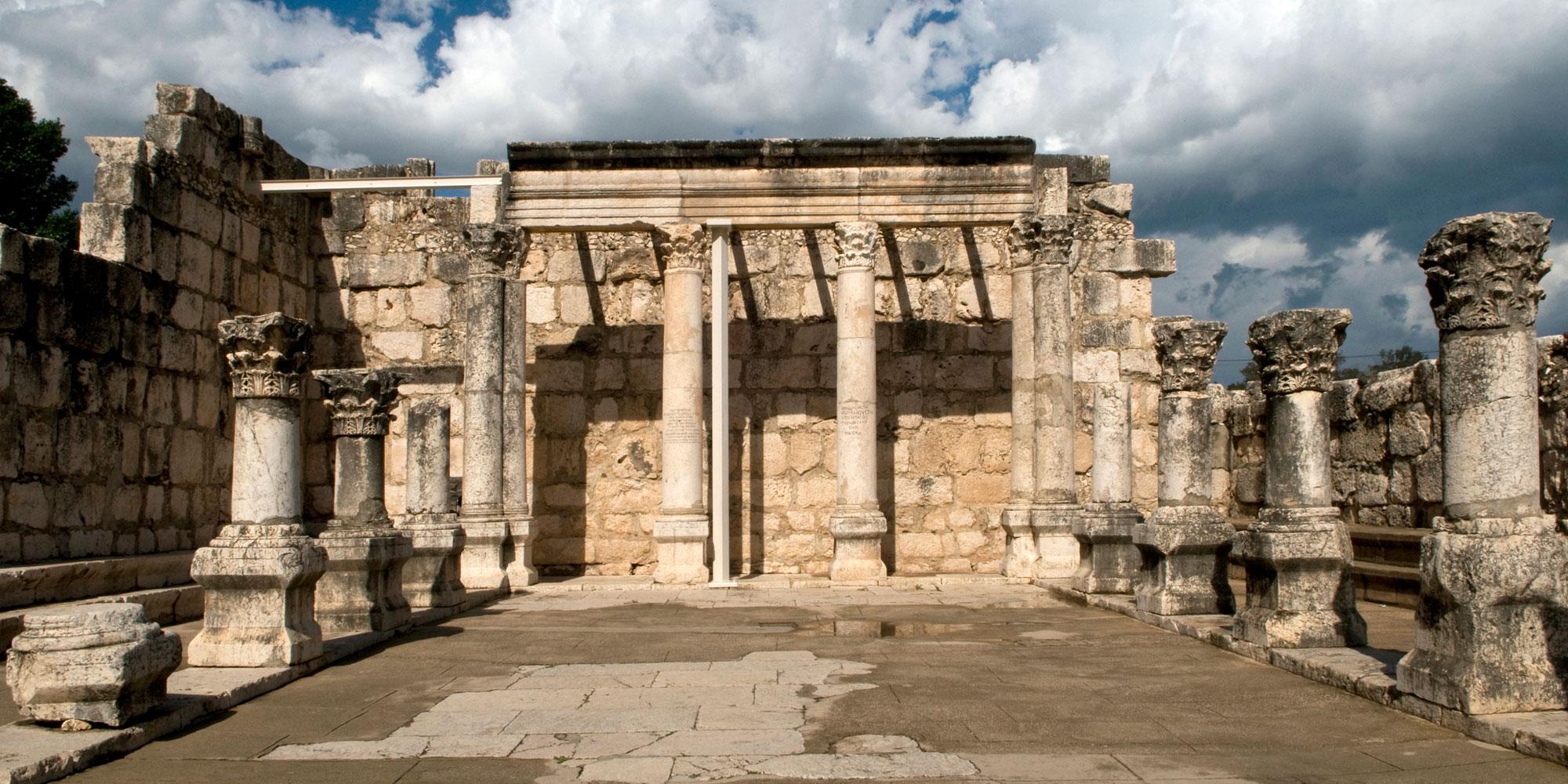 上图:4世纪迦百农会堂遗址。