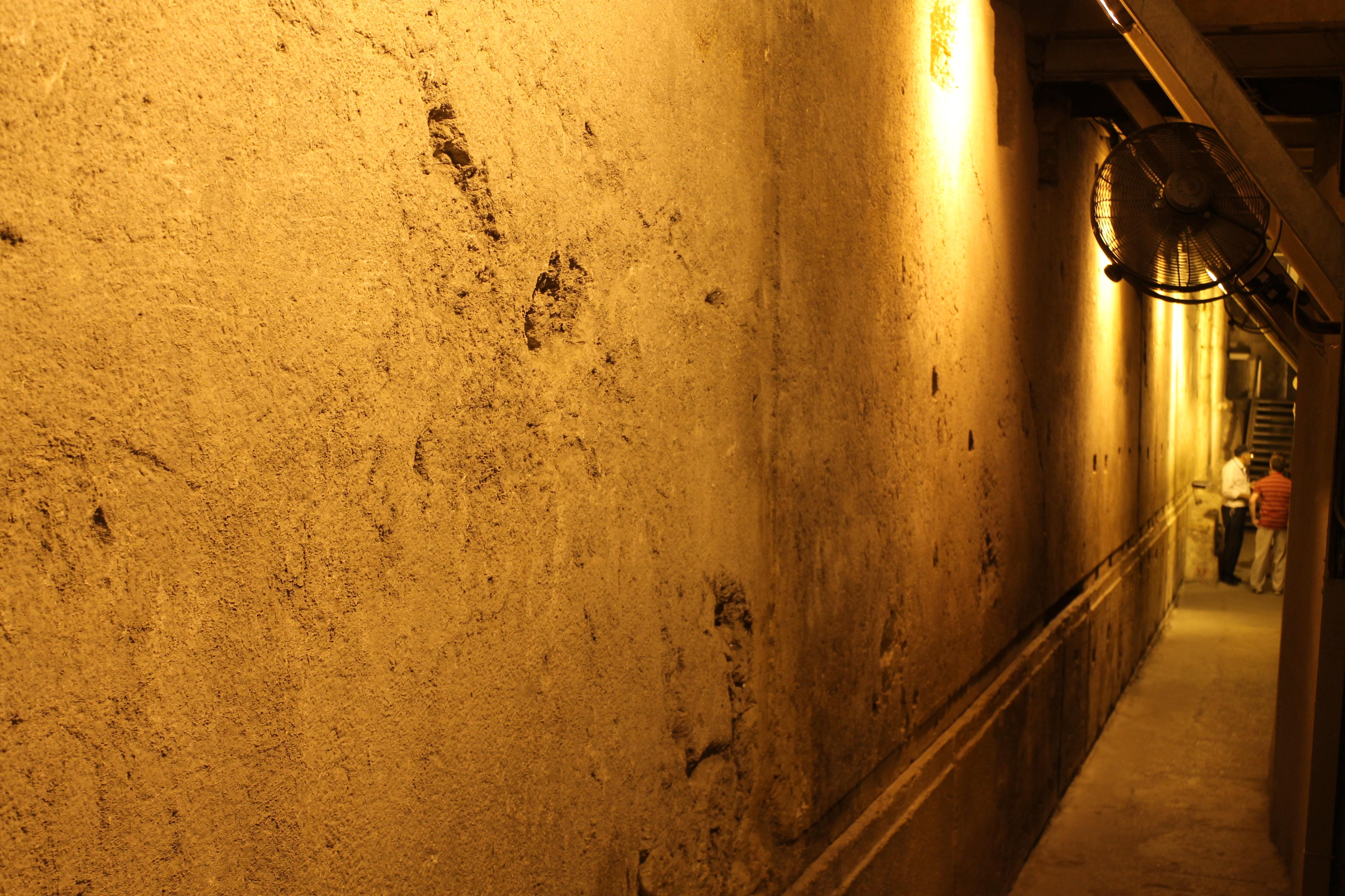 上图:西墙隧道中最大的一块石头,长13.6米,高3米,宽约3.5至4.5米,重约520吨。尚不确定当时的犹太人是用什么建筑工艺搬动、安放这些巨石的。正如当日门徒所说的:「这是何等的石头,何等的殿宇」(可十三1)。