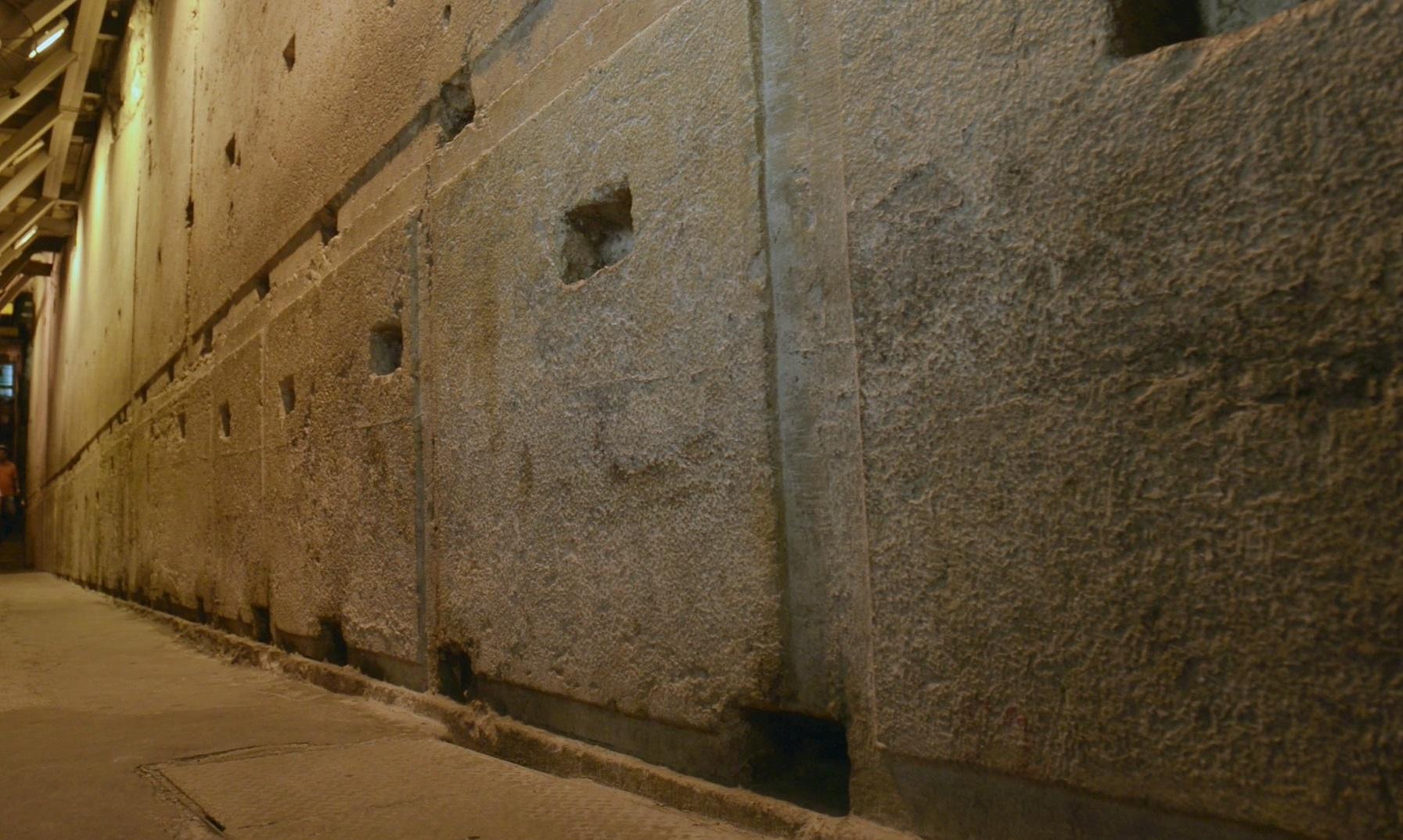 上图:西墙隧道中第二圣殿地基的巨石。根据《犹太古史记》卷15第11章记载,圣殿以白色且坚硬的石头建造,每块石头长25肘,高8肘,宽12肘。新约时代一肘大约是55.5厘米,因此这些石头都是13.8米x4.4米x6.7米的巨石。第二圣殿的石头已经拆毁,但埋在地下的地基已经被挖掘出来,一部分开辟为西墙隧道供人参观,可以想象第二圣殿之宏伟。
