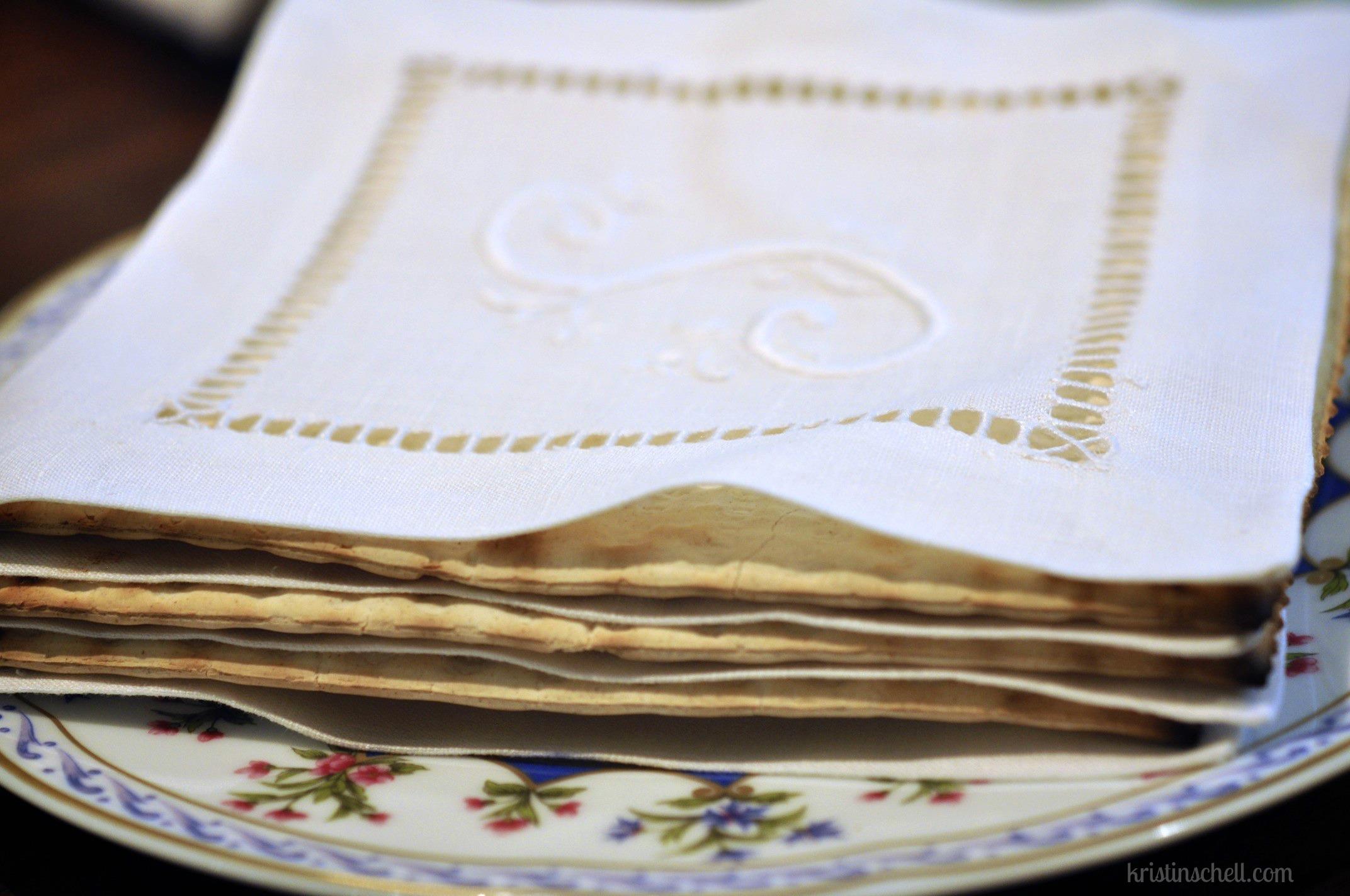 上图:犹太人的逾越节晚餐开始时有三块无酵饼(Matzor)。犹太传统认为代表亚伯拉罕、以撒和雅各,也有认为代表以色列、祭司和利未人,无论哪种意义,中间那块无酵饼(Yachatz)都要被掰开。