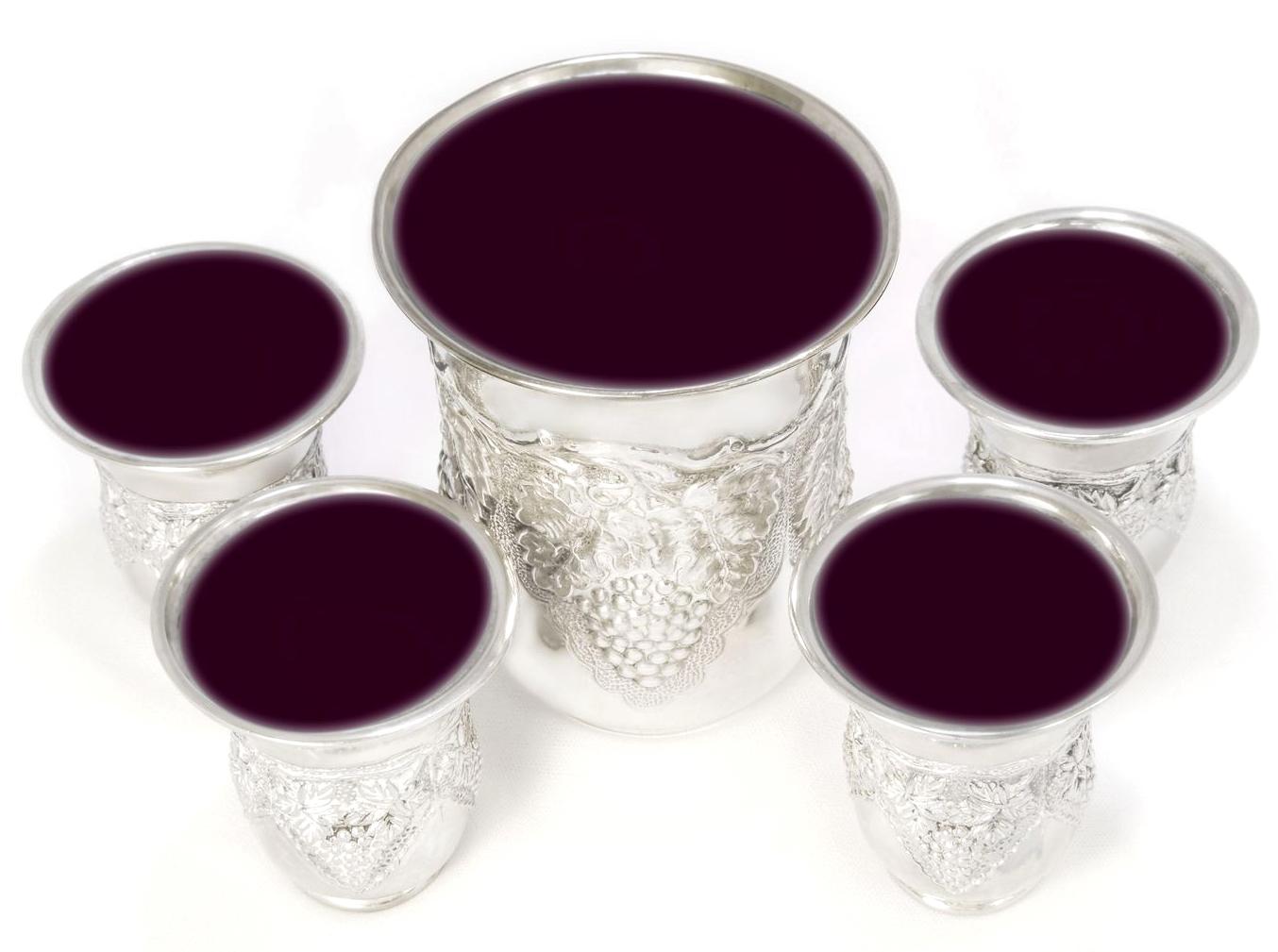 上图:在犹太人的逾越节晚餐(Passover Seder)上要喝的4个杯。这4个杯分别称为「成圣之杯」(Cup of Sanctification/Kiddush)、「释放之杯」(Cup of Deliverance)、「救恩之杯」(Cup of Redemption)、「赞美之杯」(Cup of Harrel)。中间那个大杯是「以利亚之杯」(Cup of Elijah),是给先知以利亚留着的,因为玛四5预言以利亚要在弥赛亚基督之前先来。施洗约翰就是这位基督的先锋以利亚,他很可能是在逾越节期间出生的。但犹太人没有把主耶稣当作基督来接待,所以现在他们每个逾越节晚餐还在继续等待以利亚到来。