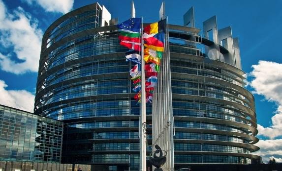 上图:欧洲议会大厦(European Parliament),根据Pieter Bruegel的名画《巴别塔The Tower of Babel》设计而成,位于法国斯特拉斯堡(Strasbourg),1999年竣工。