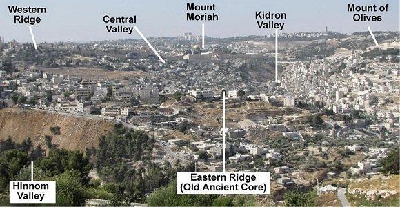 上图:耶路撒冷的「城外」就是指上图左下角的欣嫩子谷(Hinnom Valley),是犹太人焚烧犯罪者的尸首和一切不洁的垃圾的地方。中间的摩利亚山(Mount Moriah)就是原来圣殿的位置。