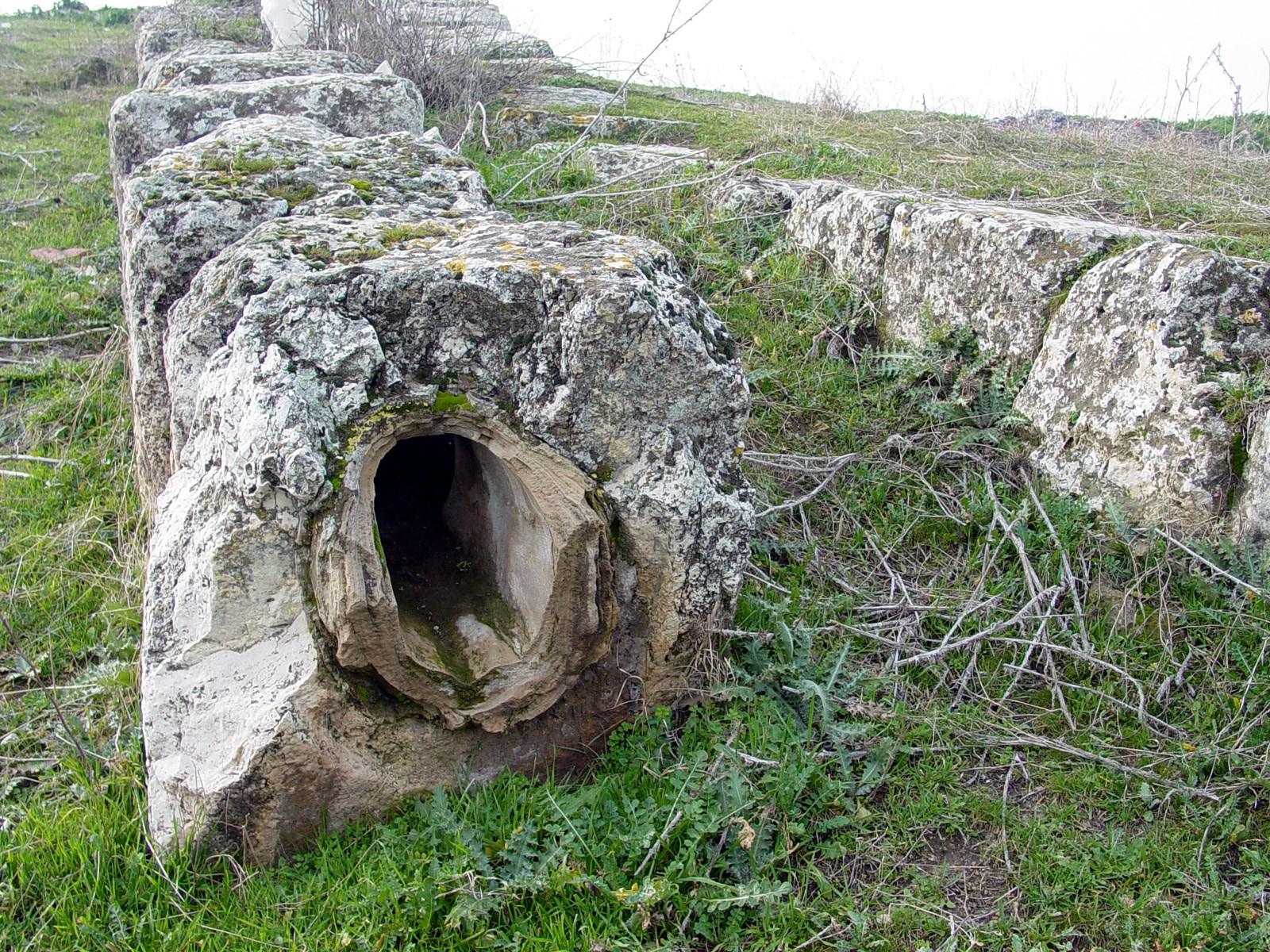 上图:老底家引水渠遗迹。Lycus河在夏季是干涸的,所以老底家人利用虹吸原理设计了复杂的管道,从城市南方引来清水。