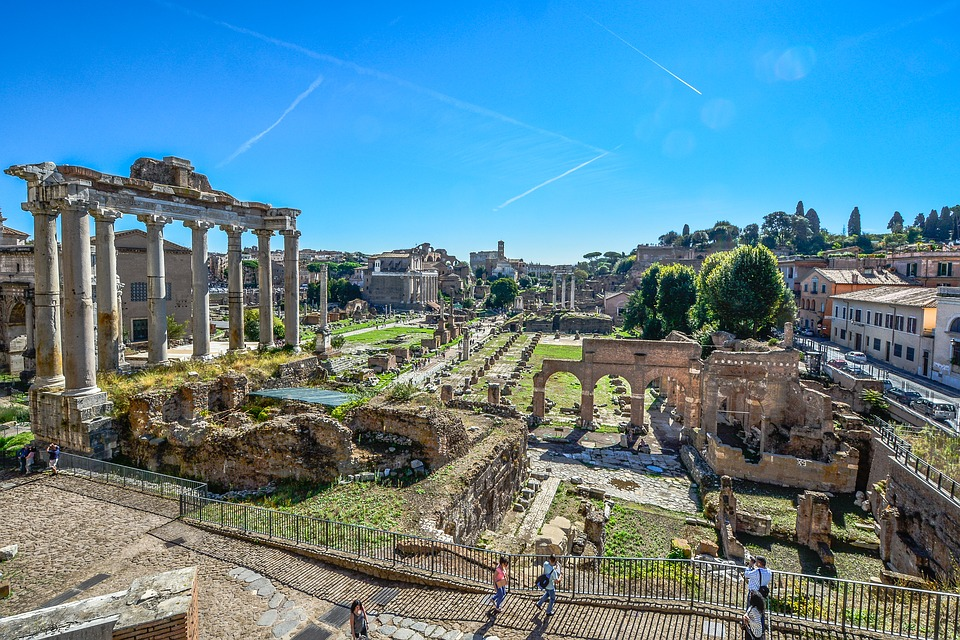 上图:罗马市场废墟。昔日繁华的罗马城,今日只剩一片废墟。