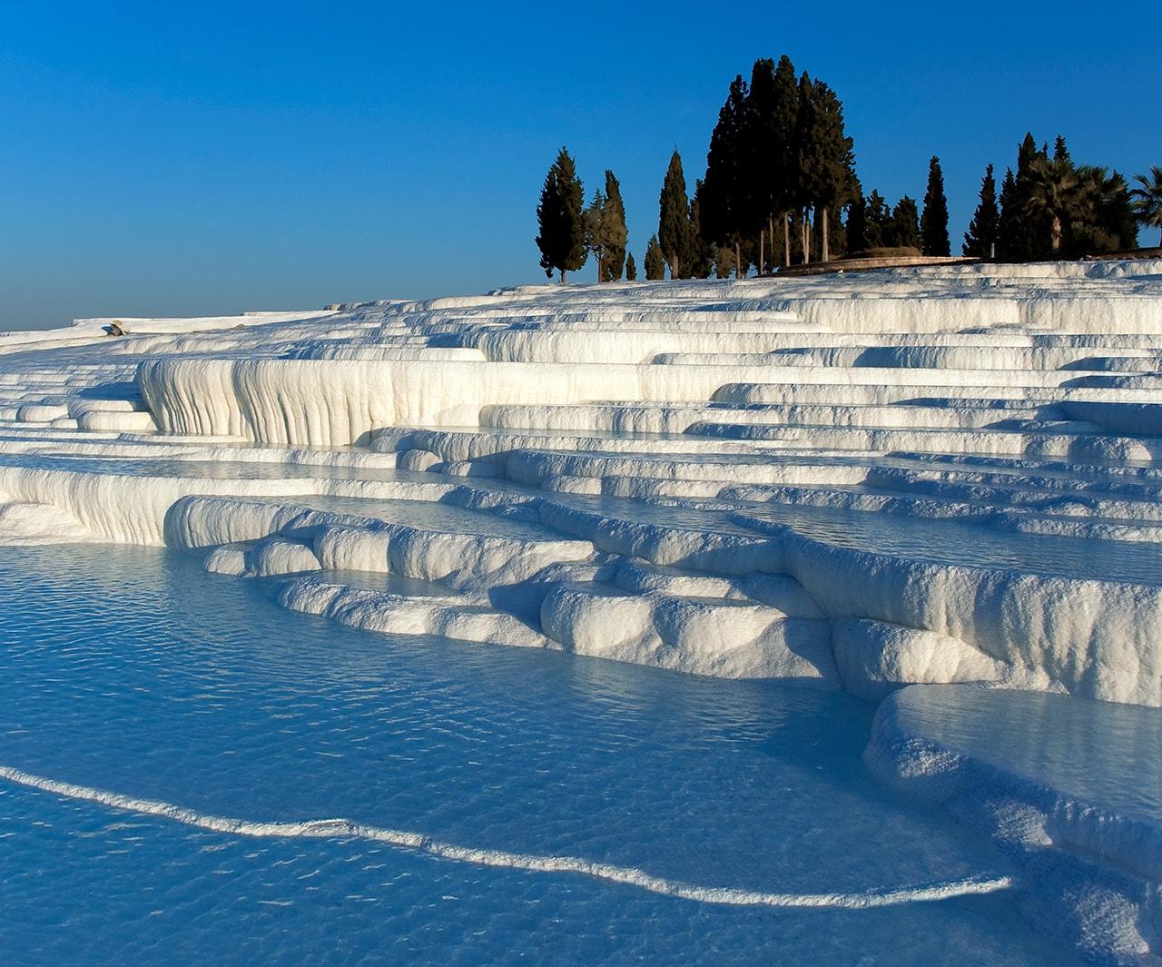 上图:老底嘉附近希拉波利斯温泉形成的棉花堡(Pamukkale)景观。