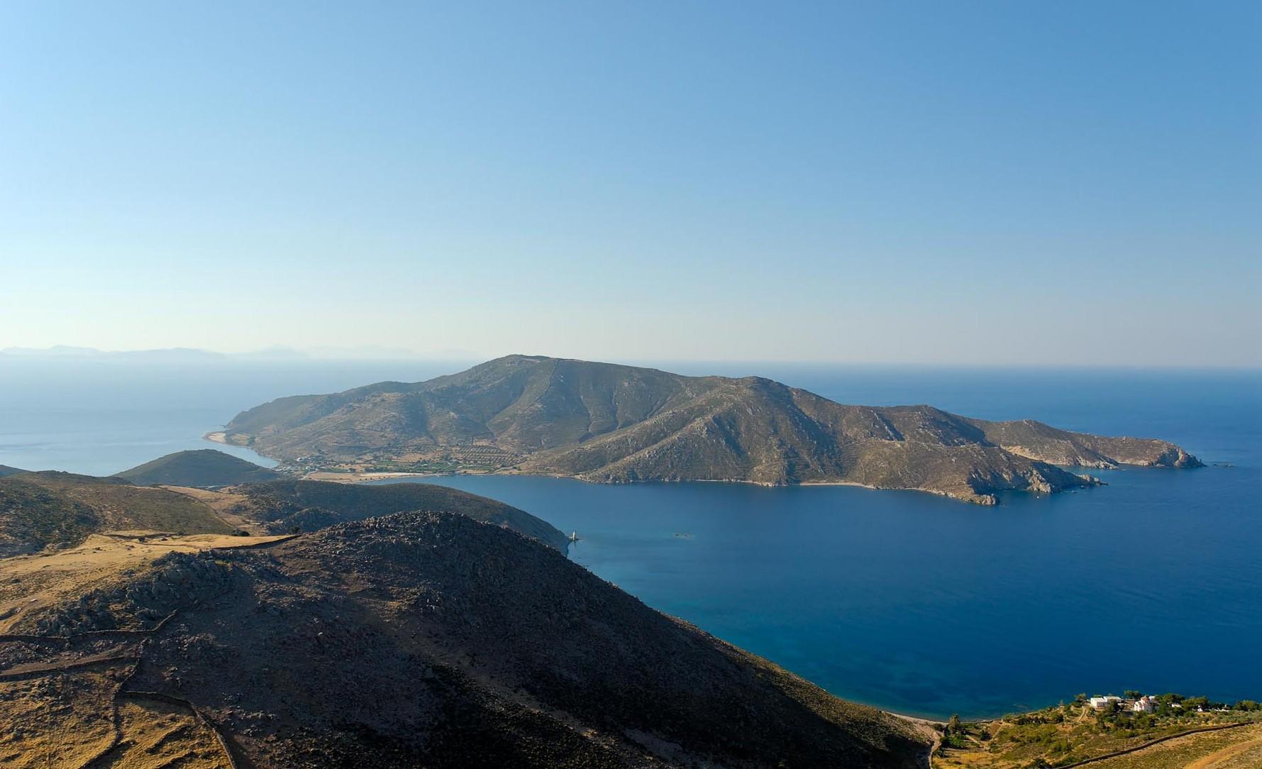 上图:从拔摩岛南部的最高点以利亚山俯瞰全岛。拔摩岛位于爱琴海东部,靠近土耳其,但属于希腊。拔摩岛面积35平方公里。岛上多石、无树,是一个火山岛。