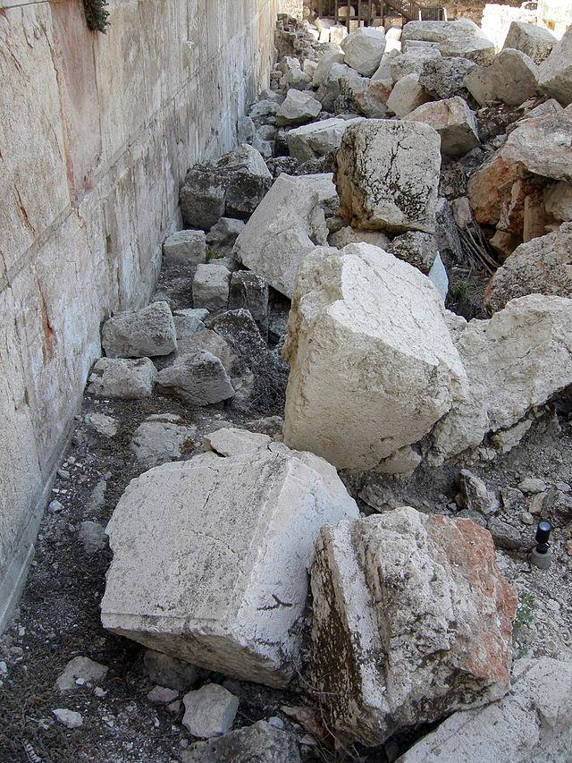 上图:圣殿山(耶路撒冷)西墙出土的主后70年罗马攻城的石头。