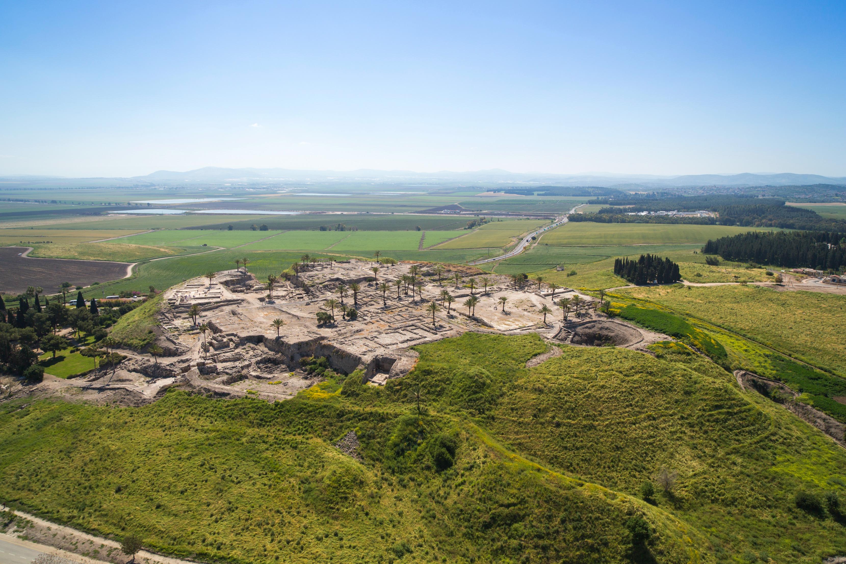 上图:扼守耶斯列平原的米吉多城遗址。哈米吉多顿大战可能将在山下的耶斯列平原进行。