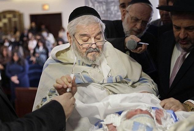 上图:一位纽约的犹太拉比正在给婴儿行割礼。