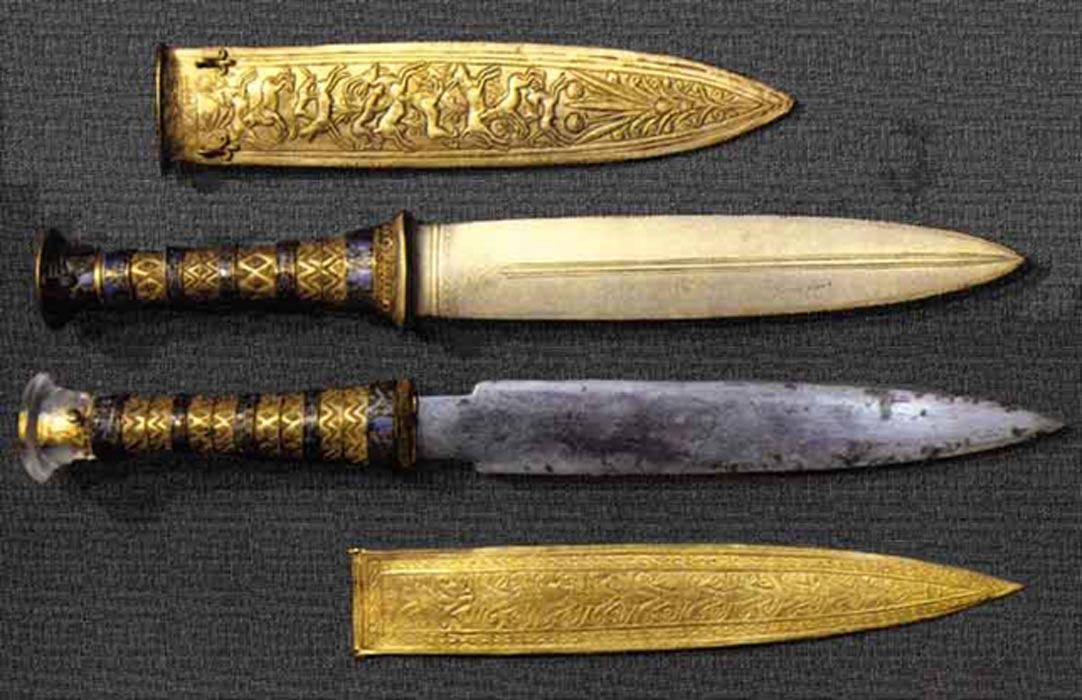 上图:从主前14世纪埃及法老图坦卡蒙(Tutankhamun)墓中出土的陨石铁短剑。历史学家认为,人类于主前5000年进入铜石混用的红铜时代(Chalcolithic),主前3200年进入青铜时代(Bronze Age),主前1400年进入铁器时代(Iron Age)。摩西写创世记的年代大约在主前15世纪,照理说他应该不知道「铁」的存在,因此许多人认为这个「铁」显然是后人修订的结果。但最近的考古发现,古埃及人从主前4000年就开始使用陨石铁做首饰,证明圣经的准确性。
