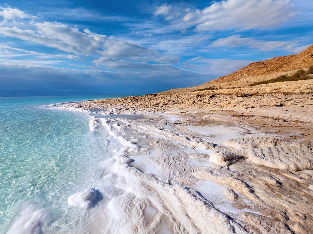 上图:死海岸边的盐。死海位于以色列、西岸地区和约旦之间的大裂谷约旦裂谷,低于海平面424米,是世界上最低的湖泊,死海的湖岸是地球陆地的最低点。汇入死海的主要河流是约旦河,因没有出口,所以含盐量高达34%,是一般海水盐度的9.6倍,鱼类无法生存于水中,但有细菌及浮游生物。