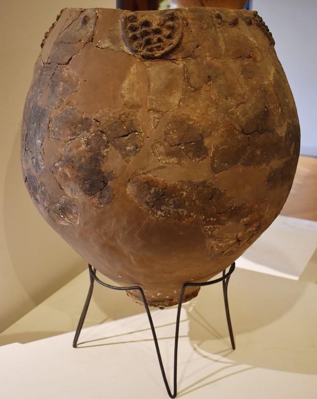 上图:2017年于格鲁吉亚Khramis Didi-Gora出土的主前6000年的陶罐,是目前发现的最早的制作葡萄酒的证据。陶罐中发现了葡萄酒的残渣。