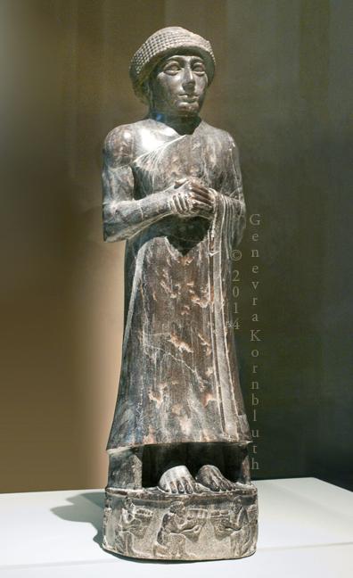 上图:吾珥出土的主前2110年宁吉尔苏(Ningirsu,即尼努尔塔Ninurta)神像,现藏于卢浮宫。这座雕像的底座反映了当时的习俗:胜利者把脚放在他的敌人的头上(书十24;诗一百一十1)。