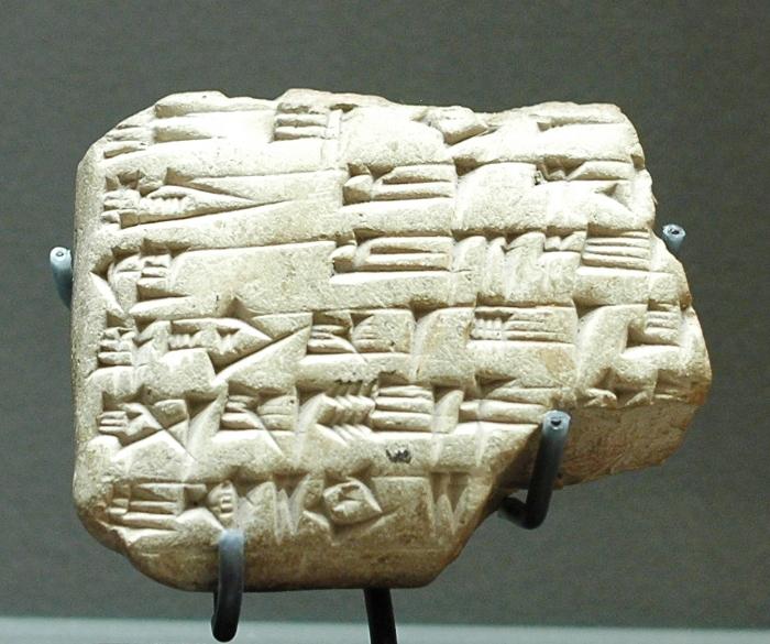 上图:主前18世纪的马里文献(Mari Letters),出土于幼发拉底河中部的马里,现存于卢浮宫。马里文献包括用阿卡德楔形文字写成的两万块泥板文书,对研究亚伯拉罕、以撒、雅各时代的美索不达米亚历史、文化和日常生活非常有价值。马里文献证明: 1、拿鹤城(创十一22-25)和哈兰城(创十一31)的存在。 2、当时的人使用挪亚、亚伯兰、拉班、雅各这样的名字。 3、创世记提到的收养、继承习俗。 4、立约时在切开的牲畜之间走过。