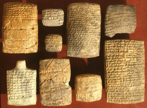 上图:美索不达米亚古城努斯(Nuzi)出土的努斯石版,已发现5000多块,大都是主前14-15世纪的法律和商业文件,印证了创世记中许多记录的民俗和法律背景。例如: 1、没有儿女的人可以设立一个朋友或一个仆人作为继承人,这个继承人以好好处理主人的安葬事宜作为回报。(创十五3) 2、父亲替女儿安排婚约,不必征求女儿的同意;但哥哥替妹妹安排婚约,必须征求妹妹的同意(创二十四50-51)。 3、新娘嫁人时应随身携带婢女,若本人未能生育,要把婢女送给丈夫作妾,并将婢女生育的子女视为己出(创二十九21、29;三十3、9)。 4、婚约中可以要求丈夫不可再娶其他的妻子(创三十一50)。 6、父亲有权把长子的权利转给小一点的儿子(创三十七3)。 6、弟弟有责任娶寡嫂为妻,给哥哥留后(创三十八8)。