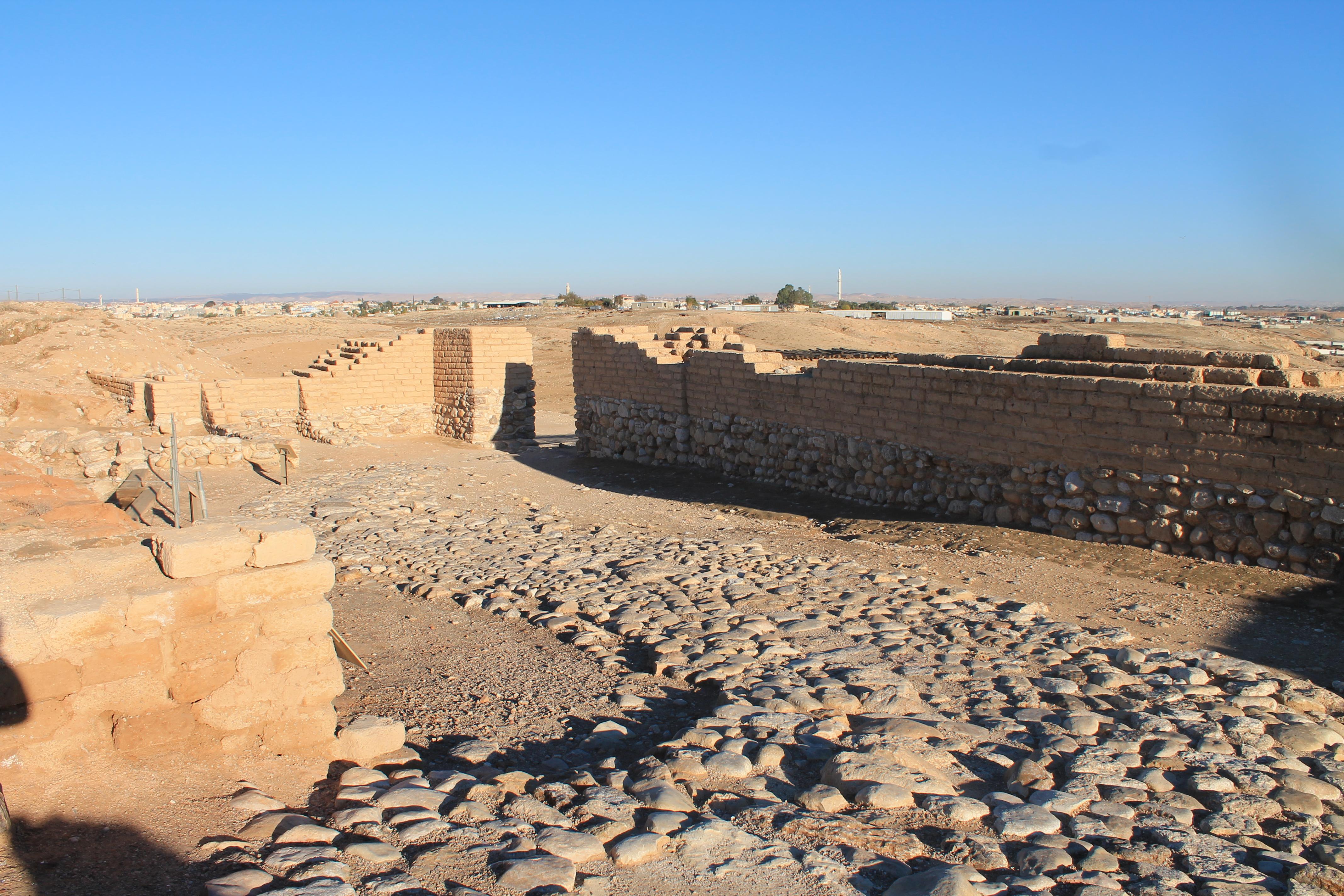 上图:别是巴遗址(Tel Be'er Sheva)城门口的「宽阔处」(耶五1),是一个小广场,客旅如果找不到住处,可以「在街上过夜」(创十九2)。