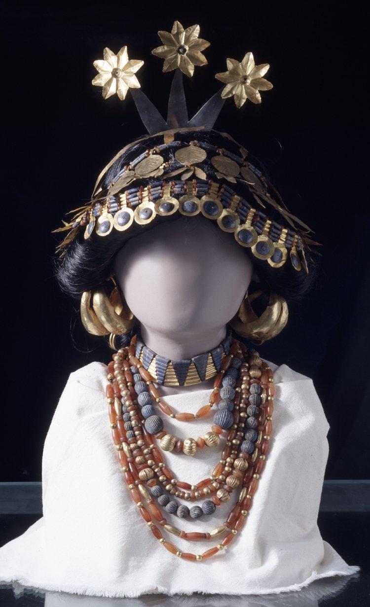 上图:主前2600年吾珥妇女的珠宝金饰,可以看出在亚伯拉罕出生前400多年,吾珥就已经相当繁荣。撒莱愿意抛弃这样的生活,不以「外面的辫头发、戴金饰、穿美衣为妆饰」,而是以「里面存着长久温柔、安静的心为妆饰」(彼前三3-4),跟随亚伯兰前往未知的蛮荒之地,难怪被称为「仰赖神的圣洁妇人」(彼前三5)的榜样。原件出土于吾珥,现存于大英博物馆。