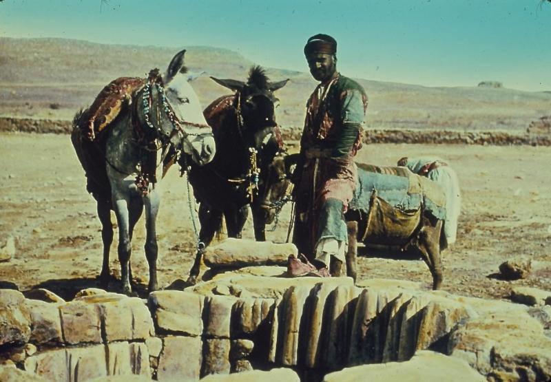 上图:20世纪中期亚伯拉罕井的照片,现在位于别是巴遗址的庭院内。亚伯拉罕井直径3米,深26米,井口的石头可能是拜占庭时代的,已经被井绳磨出了许多很深的痕迹。