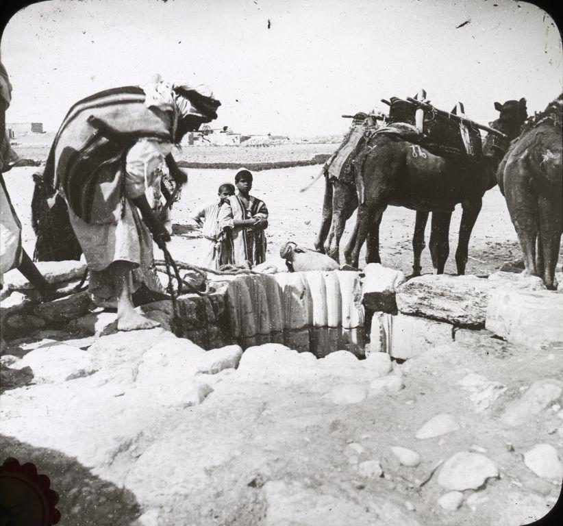 上图:俄勒冈州立大学收藏的亚伯拉罕井1910年的照片,照片中可以看出,井口的石头已经被井绳磨出了许多很深的痕迹。别是巴遗址附近发现了7口井,2口大的,5口小的,历史有几千年,可能是亚伯拉罕和以撒所挖的,所以被称为亚伯拉罕井。亚伯拉罕和以撒在挖这些井的时候,绝不会想到这些井在将近三千年以后,在神收回耶路撒冷和应许之地的过程中起了关键的作用。