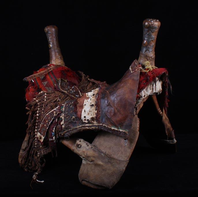 上图:贝都因人的「骆驼的驮篓」,是安放在骆驼背上的坐鞍,两端有口袋。