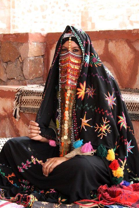 上图:一位戴着面纱的贝都因(Bedouin)妇女。