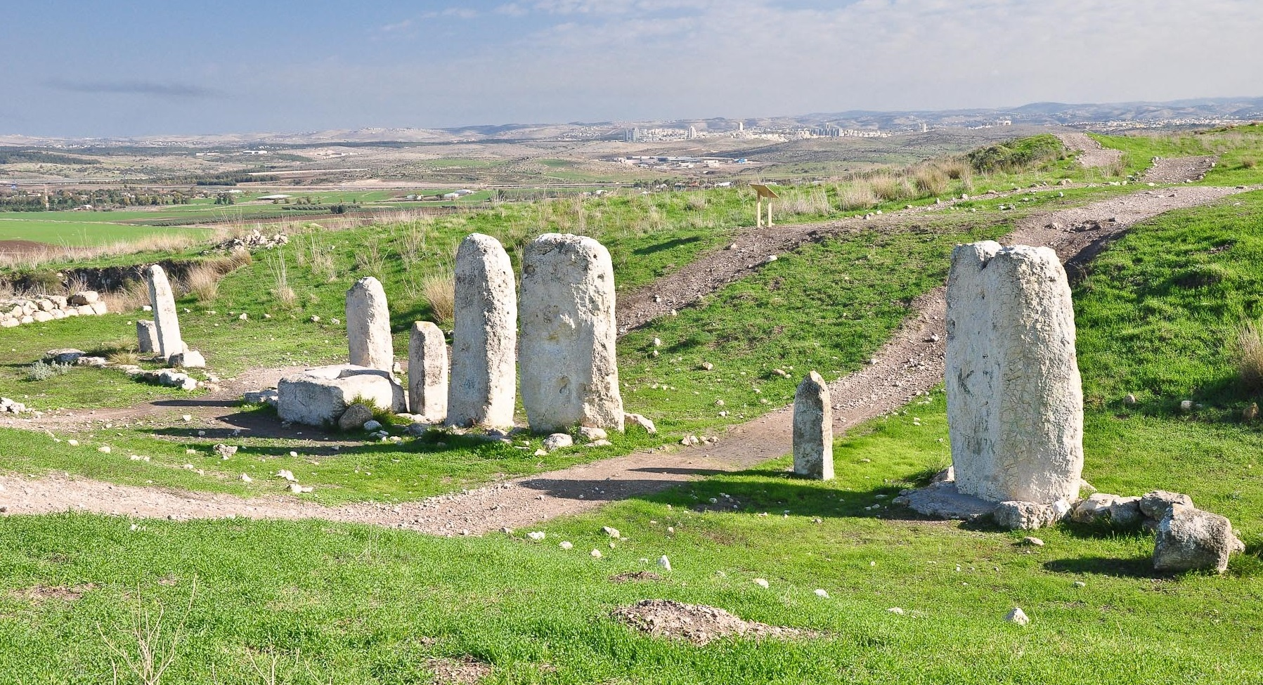上图:以色列基色(Gezer)出土的主前1800-1550年迦南人的石柱。