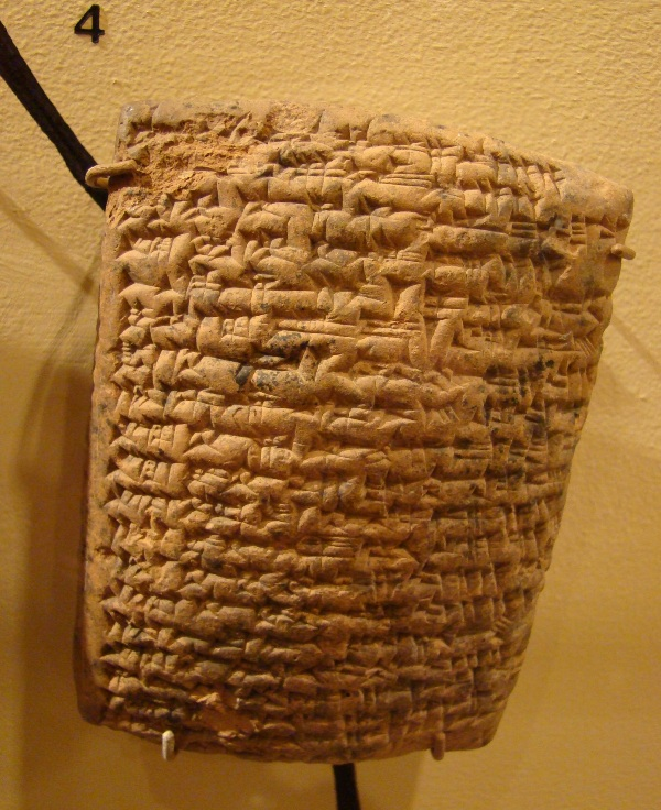上图:美索不达米亚古城努斯出土的努斯石版(Nuzi Teblets),已发现5000多块,大都是主前14-15世纪的法律和商业文件,印证了创世记中许多记录的民俗和法律背景。其中记载,长子继承的产业比其他众子多一倍。但长子不一定按出生的先后为序,而是由父亲指定。父亲一经指定,就不能更改,特别是在临终床上所定的,更是如此。正式口头遗言具有法律效力,而口授形式的开头,就是「我如今老了,不知道哪一天死......」(创二十七2)。