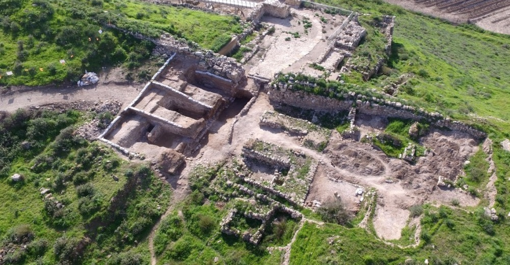 上图:拉吉(Lachish)城门口的遗址。从城门进来,两侧各有3个房间,平时作为交易、诉讼、公告的公共会所,战时作为防御工事。基色、米吉多、夏琐、撒玛利亚和但的遗址都有相同的城门结构。