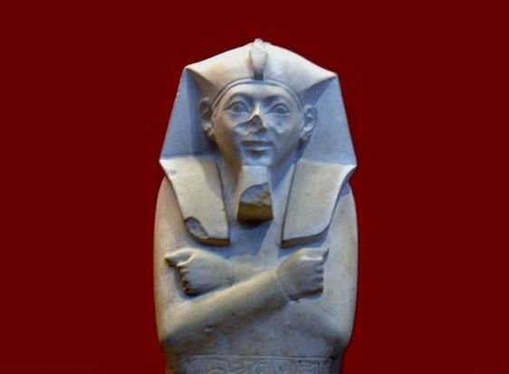 上图:古埃及第十八王朝的创立者阿赫摩斯一世(Ahmose I,主前1549-1524年在位),是统治上埃及的第十七王朝法老卡摩斯(Kamose)的弟弟。他继位后,驱逐了下埃及的喜克索斯人,统一了上下埃及,建立了强大的第十八王朝(主前1549–1292年)。古埃及在第十八王朝期间成为中央集权的帝国,势力深入亚洲,很多国家都承认埃及为其领主国。以色列人很可能在阿赫摩斯一世重新统一上下埃及之后沦为埃及人的奴隶,杀希伯来男婴的政策很可能也是在阿赫摩斯一世时期执行的。收养摩西的阿赫摩斯一世「法老的女儿」(出二10)也可能就是阿赫摩斯一世的女儿。