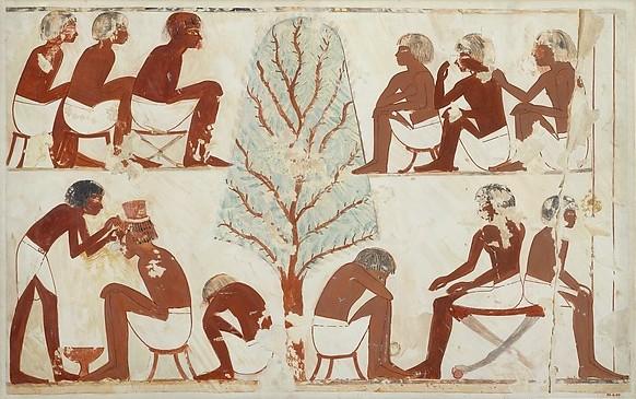 上图:主前15世纪的埃及壁画,古埃及人在剃头。埃及气候闷热,体毛很难保持卫生,所以古埃及人都勤于剃头刮脸,祭司更要每三天刮光全身体毛。男人通常剃光头,女人到新王国时期才留长发。另一方面,上层人士无论男女都热衷于戴人发或羊毛制成的假发,男人还戴假胡须,并以不同的样式作为社会地位的标志。法老的假胡须更有宗教意义,代表他是活神。