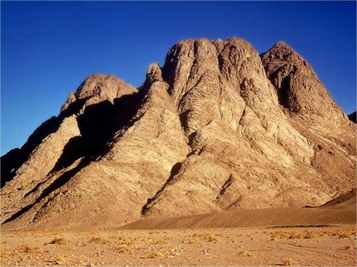 上图:西奈半岛南端的Gabal Musa山,传统认为很可能就是西奈山。当神在出埃及后降临西奈山的时候,「西奈全山冒烟,因为耶和华在火中降于山上。山的烟气上腾,如烧窑一般,遍山大大地震动」(出十九18)。