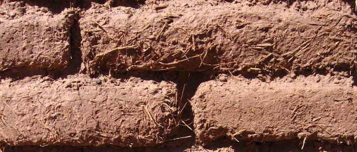 上图:古埃及的泥砖。泥砖是古埃及建筑用的材料。泥中和以草或碎禾茎,可增加粘合性,晒干后很坚固。没有草,砖便容易松散。砖的质量好不好,就在于草的成分有多少。