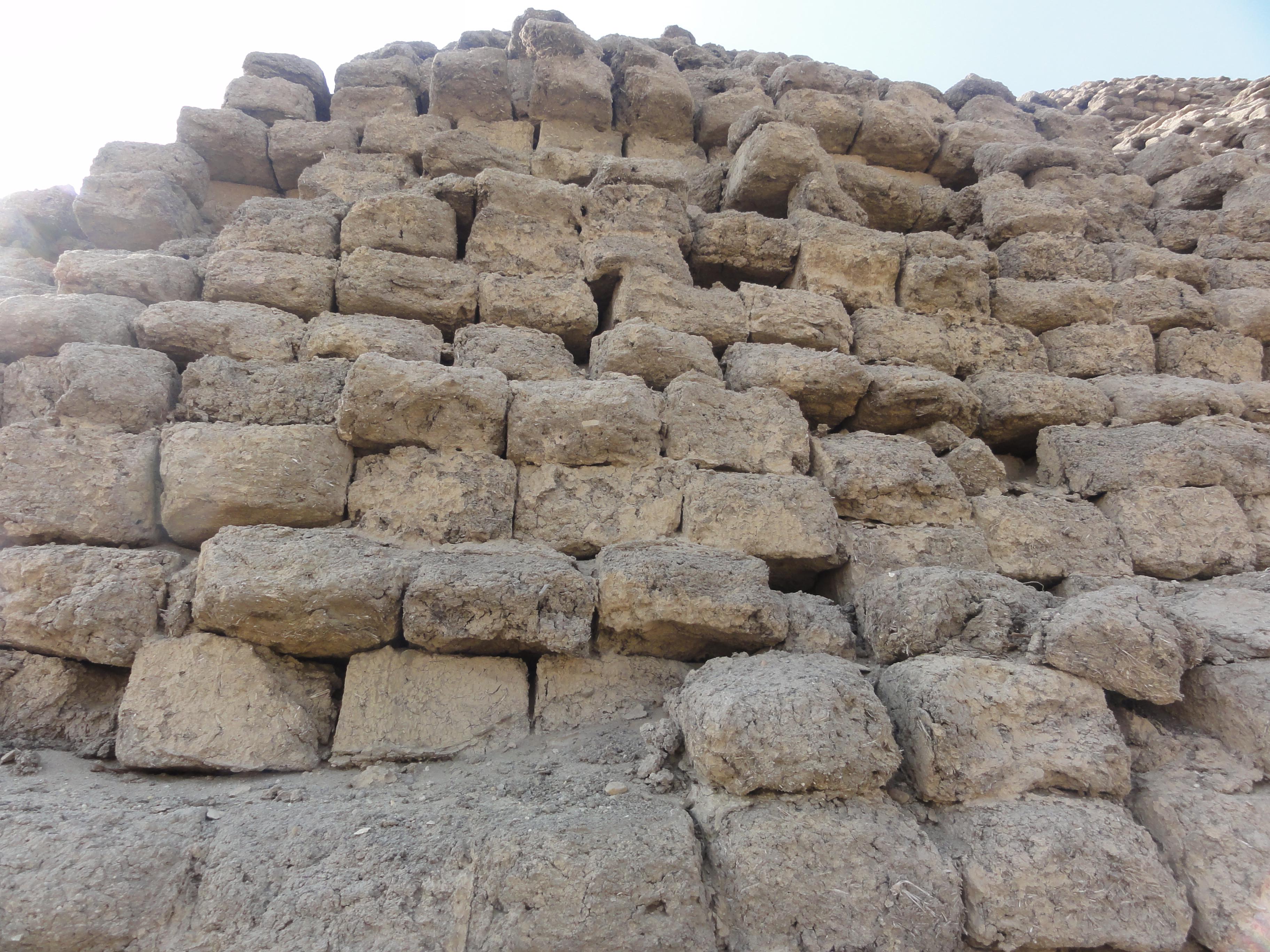 上图:古埃及第十二王朝阿蒙涅姆赫特三世(Amenemhat III,主前1860–1814年在位)金字塔,用泥砖建造。