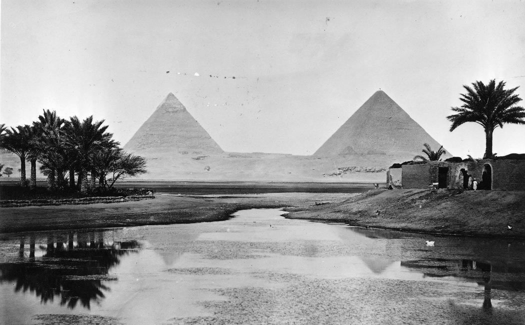 上图:尼罗河畔的吉萨金字塔群(Giza pyramid complex),摄于1900年。