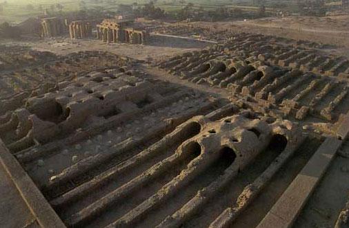 上图:主前13世纪古埃及拉美西姆(Ramesseum)遗址的粮仓。