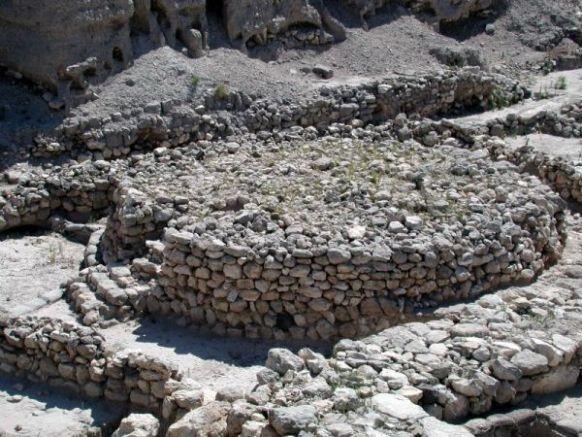 上图:米吉多遗址主前2700年的迦南祭坛,前面有台阶。神所要的祭坛与迦南人的祭坛要有分别,「不可用台阶」(出二十26)。