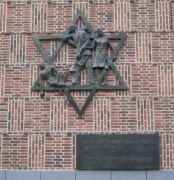 上图:荷兰海牙的第二次世界大战纪念雕塑大卫星(Davidster),由荷兰雕塑家Dick Stins制作,1967年10月立于原来的犹太社区及会堂Marktstraat街,下面用荷兰文和希伯来写着:「当纪念亚玛力人怎样待你......不可忘记」,引自申命记二十五17、19。