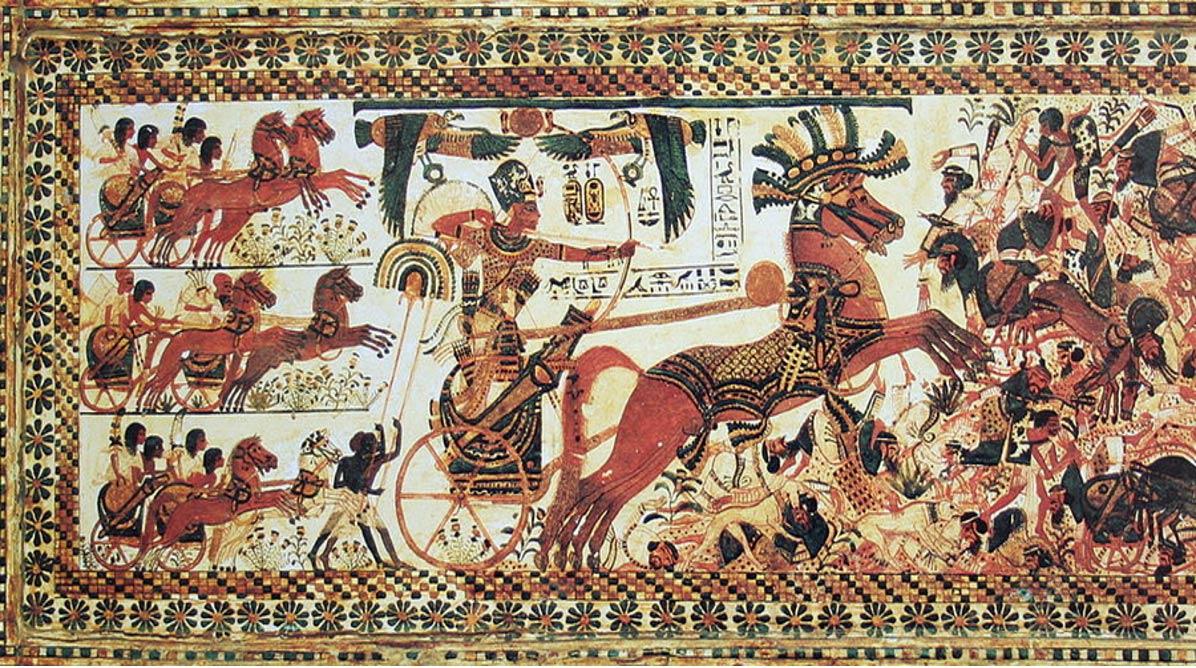 上图:古埃及第十九王朝法老图坦卡蒙(Tutankhamun,主前1332–1323年在位)的战车和马兵,壁画中可见,埃及的战车是二马二轮、两名战士。