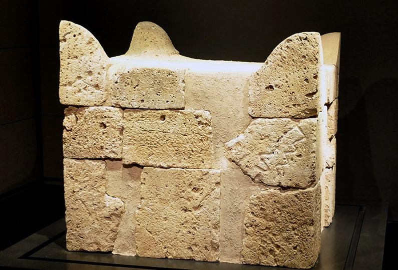 上图:在别是巴遗址发现的祭坛,现藏于以色列博物馆。这祭坛是用「凿成的石头」(出二十25)做的,并不符合神的心意。所以约西亚王后来「污秽祭司烧香的邱坛,从迦巴直到别是巴」(王下二十三8)。