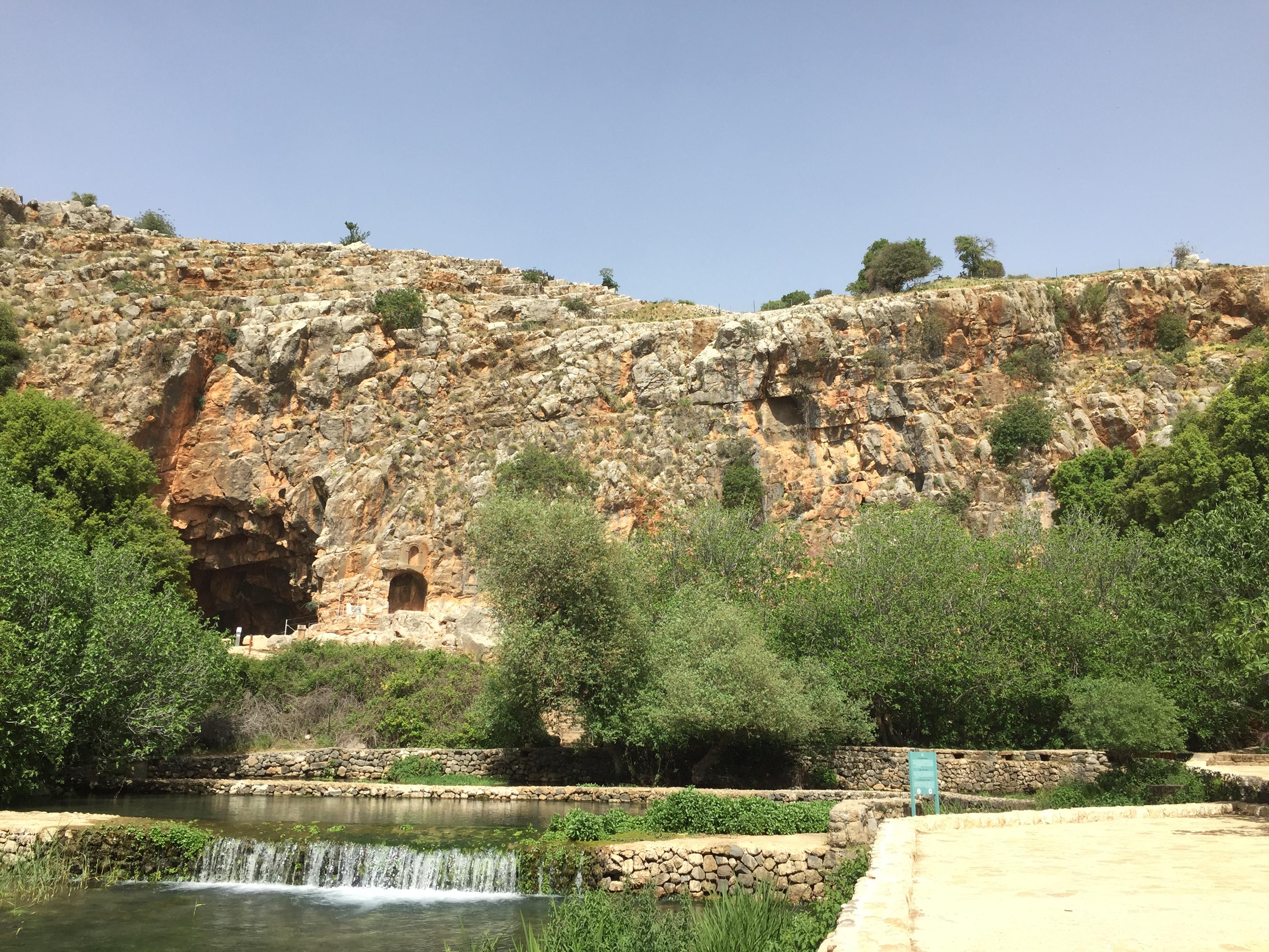 上图:凯撒利亚·腓立比的磐石,位于黑门山麓、约旦河的源头。西门·彼得在这里认信基督:「祢是基督,是永生神的儿子」(太十六16)。这认信是基督的教会的基础,所以主耶稣说:「我要把我的教会建造在这磐石上,阴间的权柄不能胜过他」(太十六18)。