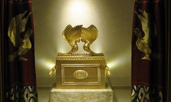 上图:耶路撒冷圣殿研究所(The Temple Institute)所研制出来的约柜,,准备放到将来重建的圣殿中。这个约柜看上去设计很合理,但其实并没有「照着在山上指示你的样式」(出二十五40),把四个金环「安在柜的四脚上」(出二十五12),而是根据权威拉比的解释。这正是今天犹太教的写照:重视《他勒目 Talmud》过于重视圣经,高举拉比过于高举神。